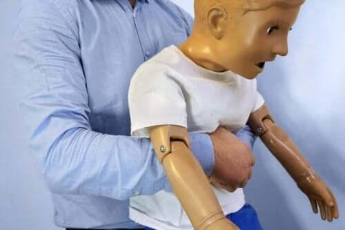 Førstehjælp til kvælning hos børn