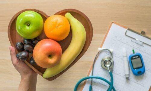 Frugter på hjerteformet tallerken illustrerer god kost til diabetikere