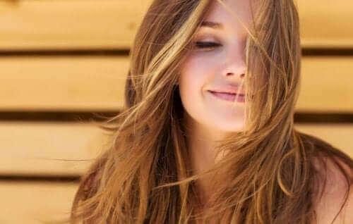 En kvinde, der nyder brisen med sundt hår