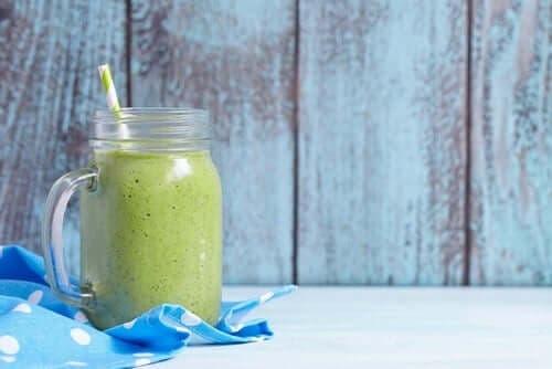 En grøn proteindrik med hamp