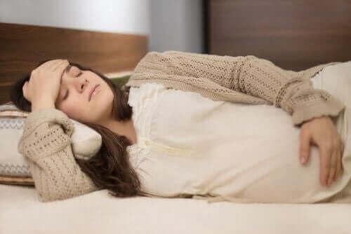 Træt gravid kvinde har brug for massage til gravide