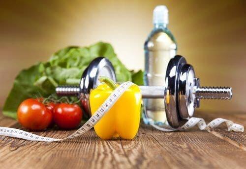 Grøntsager på gulv med målebånd og håndvægt