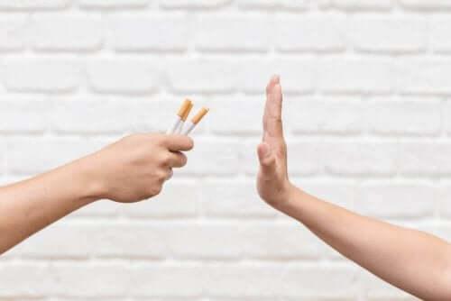 Hånd siger nej til cigaretter som symbol for rygestop
