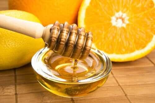 En skål honning og citrusfrugter