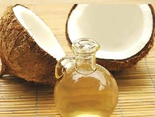 En krukke med kokosnøddeolie til at genoplive håret