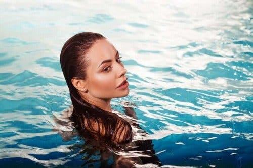 En kvinde i en pool uden klorskadet hår