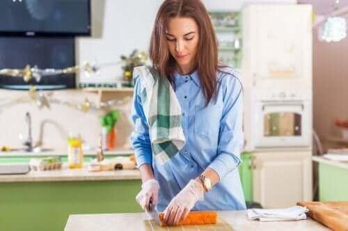 Kvinde laver mad