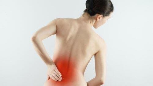 Kvinde med ondt i ryggen