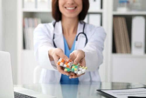 Læge rækker medicin frem mod blødning efter en operation