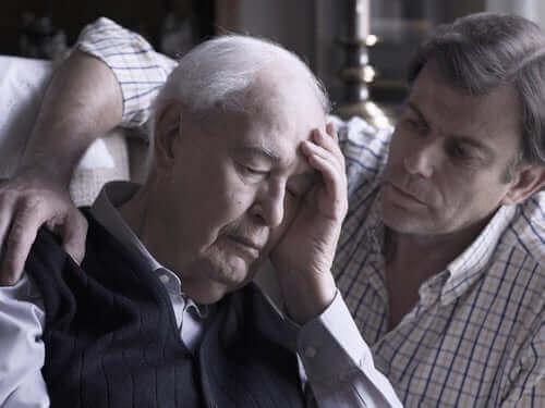 Ældre mand med Alzheimers har brug for Donepezilhydrochlorid
