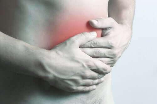 Person har ondt i mave grundet intraabdominale abscesser