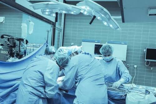 Læger opererer