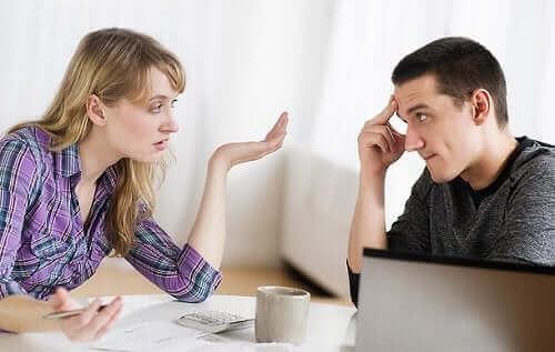 Kvinde diskuterer med mand, da hun dater en narcissist