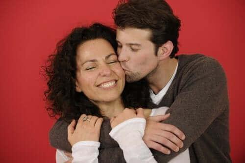 Mand krammer kvinde for at vise, at han holder af hende