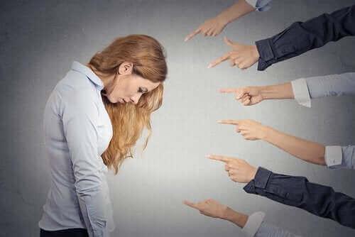 Personer peger fingre af kvinde