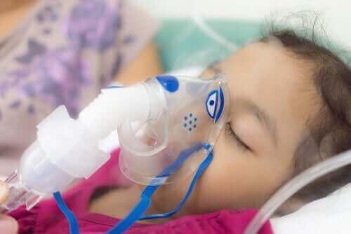 Lille pige i respirator