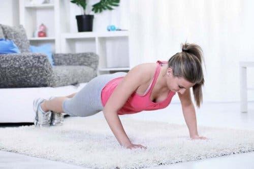 Kvinde laver planken for at forebygge skoliose