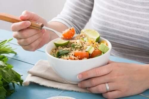 Kvinde spiser gode fødevarer til en vegansk atlet
