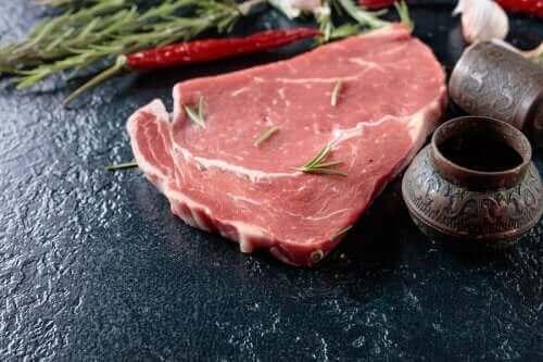 Råt kød på skærebræt