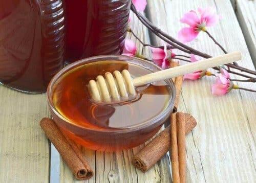 Eksempel på midler med honning og kanel