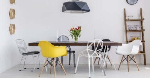 Man kan indrette stuen med genbrugsmaterialer i form af forskellige stole