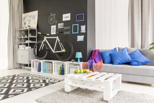 Man kan indrette stuen med genbrugsmaterialer i form af paller og trækasser
