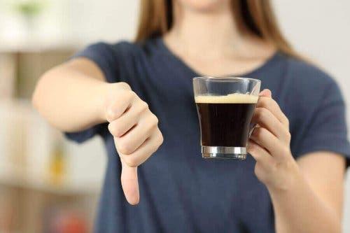 Kvinde siger nej til kaffe for at undgå essentiel tremor