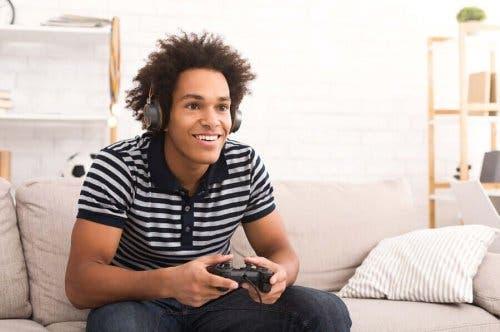 Ung mand spiller videospil