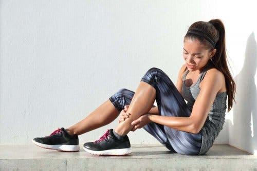 Kvinde oplever forsinket muskelømhed efter træning