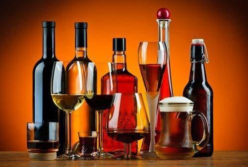 Alkohol i flasker og på bord