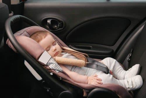 Skævt hoved hos spædbørn kan opstå, hvis en baby sover i autostolen ofte