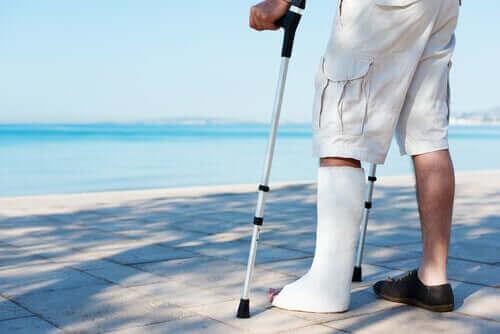 En mand med krykker og ben i gips