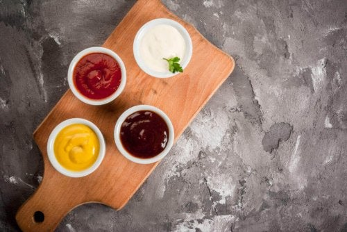 Kommercielle saucer og dressinger er overdrevent forarbejdede produkter, der indeholder skjulte sukkerarter og andre tilsætningsstoffer, der kan føre til blodsukkerubalance