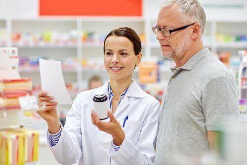 Sygeplejerske forklarer mand om medicin