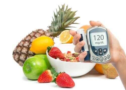 Person måler glukoseniveau i frugter