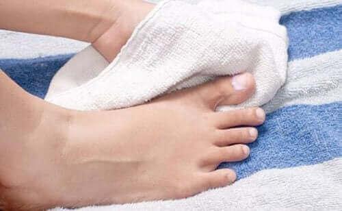 Fødder på håndklæde under behandling af nedgroede tånegle