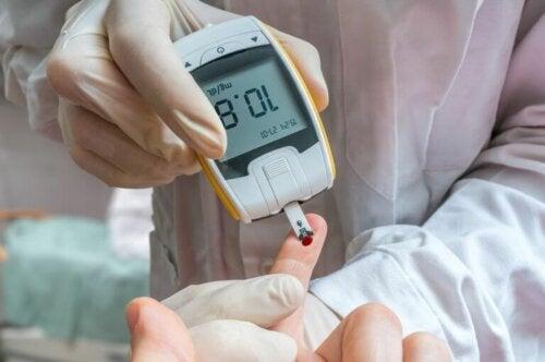 Du kan måle dit blodsukker med en enhed, der er kendt som et glukometer