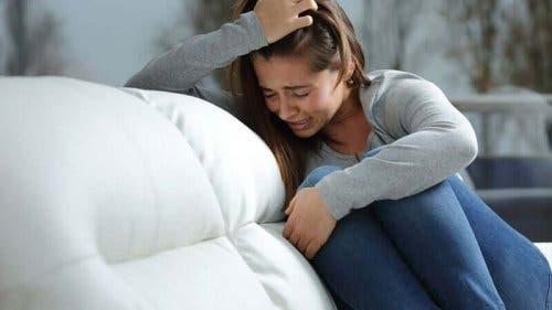 Grædende kvinde i sofa