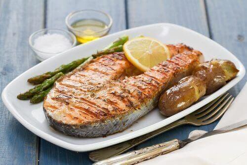 Grillet fisk på tallerken, selvom fisk indeholder kviksølv