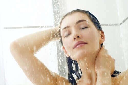 Kvinde tager et brusebad