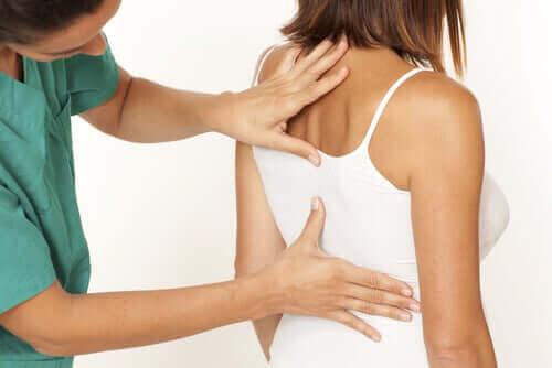Kvinde får undersøgt ryggen
