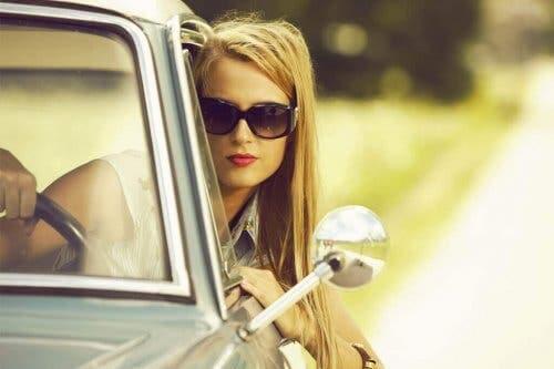 Kvinde kører med solbriller på
