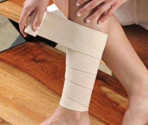 Person kommer bandage på ben