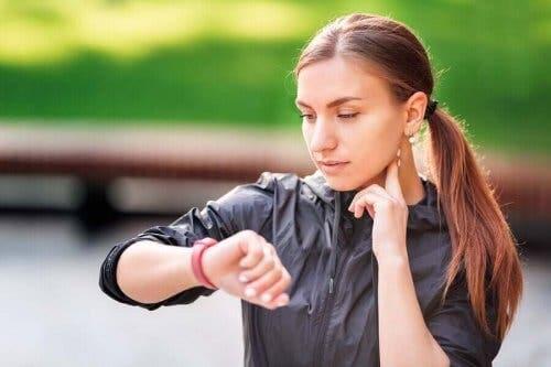 Kvinde måler puls