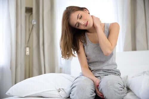 Kvinde med nakkesmerter oplever forholdet mellem fysisk smerte og angst