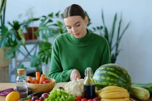 Kvinde med frugt og grønt