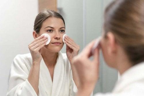 I dag indeholder mange kosmetiske produkter vitamin A, da det er et næringsstof, der hjælper med at beskytte huden mod for tidlig aldring