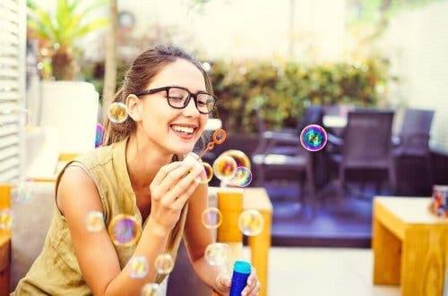 Kvinde anvender sæbebobler i mindfulness øvelser mod angst