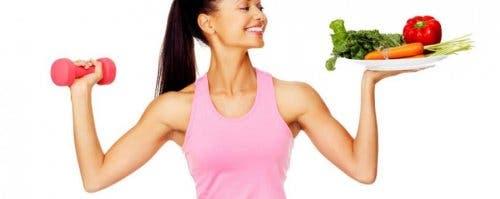 Kvinde med sunde fødevarer følger en pegan kost