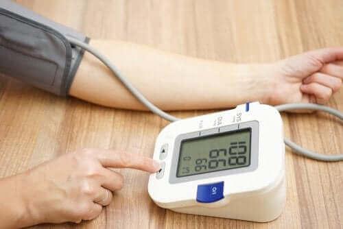Person får målt sit blodtryk